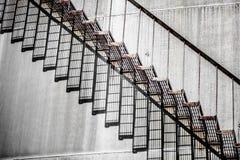 Abstrakt detalj av ett högt och långt trappafall av ett oljeraffinaderi Arkivbild