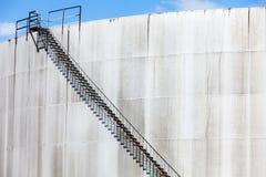 Abstrakt detalj av ett högt och långt trappafall av ett oljeraffinaderi Arkivfoton