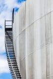 Abstrakt detalj av ett högt och långt trappafall av ett oljeraffinaderi Arkivbilder