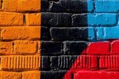 Abstrakt detalj av tegelstenväggen med fragmentet av färgrika grafitti Stads- konstcloseup Begrepp av modernt iconic stads- Royaltyfria Bilder