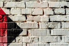 Abstrakt detalj av tegelstenväggen med fragmentet av färgrika grafitti Stads- konstcloseup Med stället för din text för Arkivbild