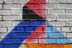 Abstrakt detalj av tegelstenväggen med fragmentet av blått, röda grafitti Stads- konstnärbild, för bakgrundbruk Arkivbild