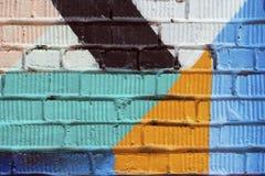Abstrakt detalj av tegelstenväggen med fragmentet av färgrika grafitti Stads- konstnärbild, för bakgrundsbruk Arkivbilder