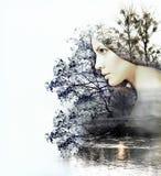 Abstrakt dubbel exponering av kvinnan och skönhet av naturen på suen Arkivfoto