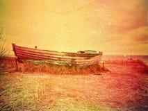 abstrakt effekt Övergiven fiskebåt på banken av havet Tyst fjärd för morgon inom vindstilla Dramatisk och pittoresk plats mörkt Royaltyfri Fotografi