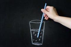 Abstrakt exponeringsglas av vatten på svart tavla med handkvinnan Royaltyfri Fotografi