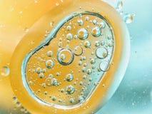 abstrakt färgrik bakgrund med olje- droppar på vattenyttersida möjliga teman för applikationen - kosmetisk advertizing, utrymme,  Royaltyfri Bild
