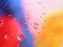 abstrakt färgrik bakgrund med olje- droppar på vattenyttersida möjliga teman för applikationen - kosmetisk advertizing, utrymme,  Royaltyfri Foto
