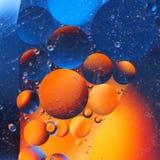 abstrakt färgrik bakgrund med olje- droppar på vattenyttersida möjliga teman för applikationen - kosmetisk advertizing, utrymme,  Arkivfoto