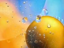 abstrakt färgrik bakgrund med olje- droppar på vattenyttersida möjliga teman för applikationen - kosmetisk advertizing, utrymme,  Arkivbilder