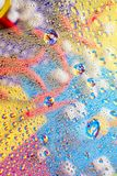 Abstrakt färgrik bakgrundsdroppe av vätskevatten framme av kulöra backgdropreflexionsbilder Royaltyfria Foton