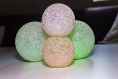 Abstrakt färgrik bollbakgrund Mång- kulöra lysande bollar på vit bakgrund Arkivfoto