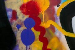 Abstrakt färgrik suddighet på väggbakgrunden Klottra av kulör målarfärg Ljus färgkluddmodell på väggyttersidan Borstestr fotografering för bildbyråer