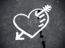 Abstrakt förälskelsesymbol på trottoar Arkivfoton