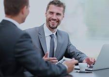 abstrakt förhandlingar för modell för affär 3d Två kollegor som talar i kontoret Royaltyfri Fotografi