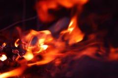 Abstrakt flammabakgrundsbild Orange och röd brand på en mörk bakgrund royaltyfri fotografi