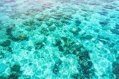 Abstrakt flyg- sikt av genomskinligt blått havvatten Arkivbilder