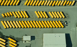 abstrakt flyg- sikt för bussbussgarageskola fotografering för bildbyråer