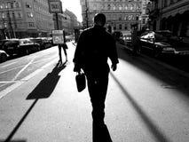 Abstrakt folk som går i staden Arkivbild