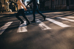 Abstrakt folk som kör och korsar gatan Arkivfoton