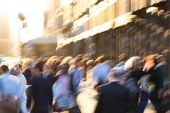 Abstrakt folkmassa av suddigt folk som går ner gatan i New York City royaltyfri bild