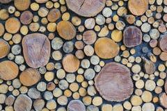 Abstrakt foto av en hög av naturliga träjournaler bakgrund, bästa sikt Arkivfoto