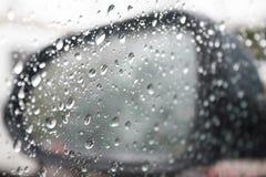Abstrakt foto av vattendroppe på bilspegeln Royaltyfri Bild