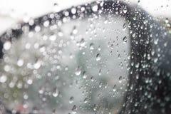 Abstrakt foto av vattendroppe på bilspegeln Arkivbild