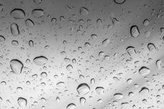 Abstrakt foto av vattendroppe på blåttspegeln Arkivbild