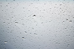 Abstrakt foto av vattendroppe på blåttspegeln i svartvitt Royaltyfria Bilder