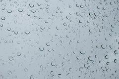 Abstrakt foto av vattendroppe på blåttspegeln i svartvitt Arkivfoto