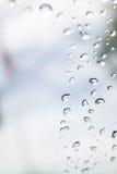 Abstrakt foto av vattendroppe på spegeln Arkivbild