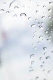 Abstrakt foto av vattendroppe på spegeln Fotografering för Bildbyråer