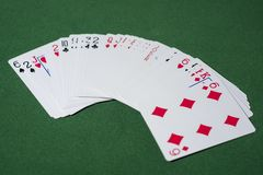 Abstrakt foto för kasino Pokerlek på röd bakgrund Tema av dobblerit royaltyfria bilder