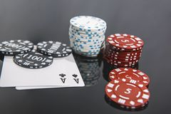 Abstrakt foto f?r kasino Pokerlek p? r?d bakgrund Tema av dobblerit arkivbild