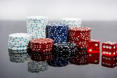 Abstrakt foto f?r kasino Pokerlek p? r?d bakgrund Tema av dobblerit royaltyfri fotografi