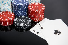 Abstrakt foto f?r kasino Pokerlek p? r?d bakgrund Tema av dobblerit royaltyfri bild