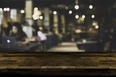 Abstrakt, freelancer pracuje na laptopie w kawiarni z filiżanką kawy obraz stock