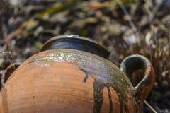 Abstrakt garnering med en lerakrus i en trädgård royaltyfri bild