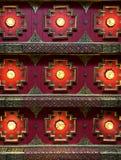 Abstrakt geometrisk bakgrund av den arkitektoniska modellen för orientaliskt thai rött tak royaltyfri foto