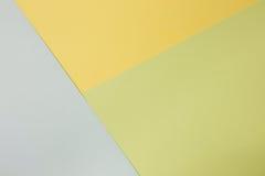 Abstrakt geometrisk pappers- bakgrund Gräsplan-, blått- och gulingtrendfärger Royaltyfria Foton