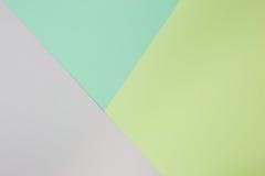 Abstrakt geometrisk pappers- bakgrund Gräsplan- och guling- och rosa färgtrendfärger Royaltyfri Bild
