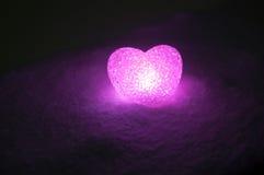 abstrakt glass hjärta på snö på natten Kort för en dag för valentin` s blå hjärtallight på svart bakgrund Fotografering för Bildbyråer