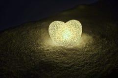 abstrakt glass hjärta på snö på natten Kort för en dag för valentin` s blå hjärtallight på svart bakgrund Royaltyfria Foton
