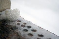 abstrakt glass hjärta på snö på natten Kort för en valentin dag Förlåta mig, miss dig förälskelse som du uttrycker den färgade rö Fotografering för Bildbyråer