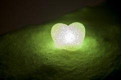 abstrakt glass hjärta på snö på natten Kort för en valentin dag Förlåta mig, miss dig förälskelse som du uttrycker den färgade rö Arkivfoton