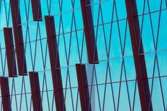 Abstrakt glass yttersida med geometriska triangulära former och mörka mellanlägg av andra spetsvinkliga former Arkivfoto