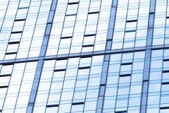 Abstrakt glass yttersida med geometriska triangulära former och mörka mellanlägg av andra spetsvinkliga former Fotografering för Bildbyråer