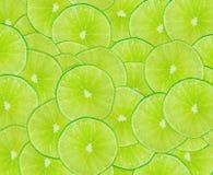 Abstrakt grön bakgrund med skivan av limefrukt Royaltyfria Foton