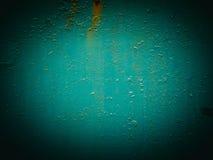 Abstrakt grön textur med grungesprickor Sprucken målarfärg på en metallyttersida Ljus stads- bakgrund med grova målarfärgövergång Arkivbild